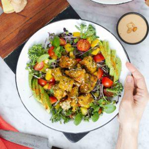 """Salaattilinja tuntuisi jatkuvan ympäri helteisen Suomen. Nyt tosin mukaan otetaan sesongin kotimaista broccoliinia tai parsakaalia marinoituna. 🥦 Sen kanssa juuri sopivasti suolaista ja makeaa sisältävän, ruokaisan salaatin muodostaa rapeaksi paistettu tempe (helppoa kuin """"pilko, paista ja mausta"""") ja haluamasi salaattipohja. Kokonaisuuden sinetöi i-h-a-n-a maapähkinäkastike. Parasta viilentävässä tuulenvireessä nautittuna.🌞"""