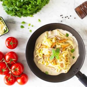 Samuli [nimi muutettu] kaipaa pekonia ihan sikana, meille kerrottiin. Ensiavuksi vinkkasimme tämän: suolaisen savuinen ja kermainen pasta carbonara. 👇👇👇 jalotofu.fi/reseptit/vegaaninen-pasta-carbonara/