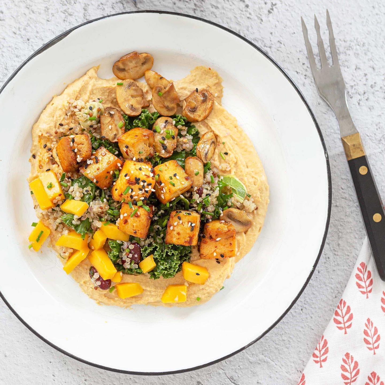 SU: NÄPPÄRÄ HUMMUSSALAATTI 🥙 Näyttävä ja trendikäs tapa rakentaa erinomaisen ruokaisa salaatti? Koota se hummuksen päälle ja viimeistellä rapealla tofulla. Suora linkki resepteihin biossa ️ Tästä näin! ︎ https://jalotofu.fi/reseptit/rapea-tofu-hummus-salaatti/ . . .