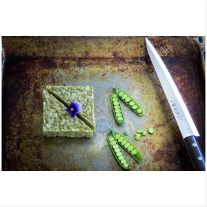 Suomalaisten rakastama klassikkovihannes, vihreä herne, on yksinoikeutetusti Herneen kantava voima. Tempen fermentoinnissa herneen sulavuus paranee, joten sitä voi kokeilla myös tuoreita herneitä huonommin sietävä. Omimmillaan muiden raikkaiden makujen kanssa riisi- tai nuudeliruoissa, padassa tai salaatissa raikkaan kastikkeen kera. Kokeile vaikkapa valkosipulia tai inkivääriä sisältävissä ruoissa. 🥘🍛🍜 Kuin vanha tuttu, uudella raikkaudella