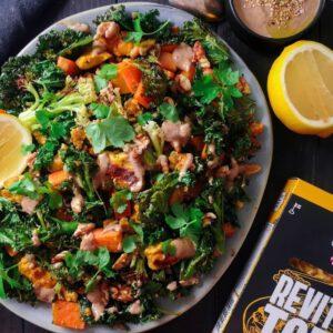 Tallenna lämpimän Paahtopala salaatin talteen ja testaa viikonloppuna! 🥙 🧑 Reseptiyhteistyö@anniinaskitchen Lämmin tofu-paahtopala salaatti!🧡 Tämä ihana salaatti valmistuu yhdellä uunipellillä puolessa tunnissa, täydellistä näillä viileillä keleillä! Käytin tässä salaatissa Jalotofun maustettua paahtopalaa joka on ihan super hyvä uutuus, tää on valmiiks kuivattu sekä jo maustettu eli kaikki tehty valmiiksi! Lehtikaalia, bataattia, varsiparsakaalia, rapeaa jalotofun paahtopalaa, saksanpähkinää ja herkullinen sitruunainen tahini kastike! Kun itse alotin kasvissyönnin tofun käsittely oli mulle ihan uus ja outo juttu, monet sanookin että ei tykkää tofusta kun ovat saaneet vaan mautonta pehmeetä tofua mutta tää on ihan eri maata, söin tätä suoraa paketista kylmänä kun oli niin hyvää, ihan mahtava uutuus!🤩 Ihanaa Torstaita!😙 - Resepti kahdelle: N 150g lehtikaalia Varsiparsakaalia/varsikukkakaalia 1 keskikokoinen bataatti Paketti Jalotofu paahtopala maustettu Kourallinen saksanpähkinöitä Oliiviöljyä Suolaa, pippuria Tahini kastike: 1 iso rkl tahinia 1 rkl sitruunanmehua 1 rkl oliiviöljyä 1 rkl kylmää vettä Ripaus suolaa - Kuori ja leikkaa bataatti kuutioiksi, levitä leivinpaperille pellille, päälle hieman oliiviöljyä sekä suolaa ja pippuria, paista uunissa 200c 10 min. Tällä välin pilko varsiparsakaalit sekä lehtikaali pienemmiksi ja avaa paahtopala paketti ja painele pakettia jotta tofu palat irtoilevat toisistaan. Kun bataatit ovat kypsyneet 10 min, siirrä ne yhteen kulmaan pellillä, lisää pellille lehtikaali sekä varsiparsakaali ja ripottele päälle hieman öljyä sekä suolaa. Kaada Jalotofu paahtopala paketti vielä pellille ja paista uunissa 10 min. Tee tällä välin tahini kastike sekoittamalla kaikki ainekset yhteen kulhossa. Ota pelti uunista, sekoita kaikki yhteen joko kulhossa tai pellillä, päälle saksanpähkinöitä ja tarjoile kastikkeen kanssa. . . . &