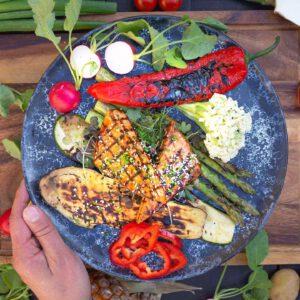 Tänään on taas hyvä päivä laittaa grilli kuumaksi ja heittää kasvisherkut tulille. Kesän parhaat maut, grillatut kasvikset ja tofu, yhdistyvät helposti lautasella ja  koko komeuden kruunaa raikas sitruunamajoneesi tai aioli!  Vinkki: parhaiten grilliin sopivat valmiiksi marinoidut Jalotofun Kylmäsavu ja Marinoitu ( valkosipuli-basilika). Grillaa annoskokoisina pihveinä tai kebakkoina! . . .