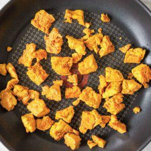 Täydellisen makuisen ja rapean tofun kaava on yksinkertainen: puristele tofu keittiöpyyhkeen välissä kuivaksi tai jätä se hetkeksi painon alle. Kuutioi tai revi* tofu. Paahda ensin kuivalla pannulla ja lisää sitten öljy. Paista hetki ja mausta mielesi mukaan. Pannumarinoitu tofu sopii täydellisesti salaatin täytteeksi tai tacojen väliin. 🏻 *kuivaamalla ja repimällä tofun sen pinnasta saa helpommin rapeaa ja tofu ottaa paremmin makuja vastaan jalotofu.fi/reseptit/paras-nopea-ja-helppo-pannumarinoitu-tofu/