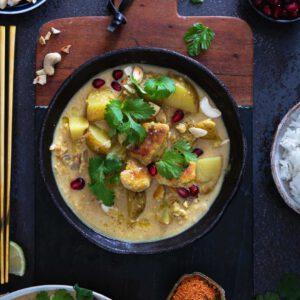 Thaimaalainen Massaman curry ja suomalainen talvi sopivat yhteen aivan kuten moni muukin vastakohta. Pehmeät perunat, pähkinät, käyttövalmiit Jalotofu Paahtopalat ja yhtä aikaa makea, suolainen ja sopivasti tulinen kookosmaitoliemi on ihan omaan luokkaansa lämmittämään kirpsakkana talvipäivänä!  Testaa, ja ylläty kuinka helppoa ja hyvää!  🏻 jalotofu.fi/reseptit/massaman-curry-tofulla/