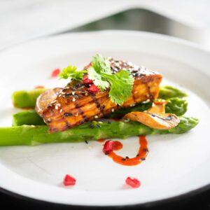 Tiesitkö, että voit valmistaa vihreät parsat kattilassa, pannulla, grillissä tai uunissa paahdettuna. Kokeile esimerkiksi, että miten syntyy maistuva ja kaunis satokauden parsa-tofuannos – glaseeraus viimeistelee paistetun tofun. Katso reseptivideo ja kokkaa niin kuin huippukokki! 🏻 jalotofu.fi/reseptit/parsaa-ja-rapeaksi-paistettua-tofua/