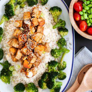 Tilanteeseen, johon kaivataan nopeaa, maukasta ja terveellistä. 🍽 Teriyakilla pannumarinoitu rapea tofu ja rapsakka parsakaali riisipedillä on voittamaton trio arkiruokailuun. Yksinkertainen herkku vaikka brunssille tai kun nälkäiset palaavat kotiin! jalotofu.fi/reseptit/teriyaki-tofu-parsakaali-riisi/ . . .