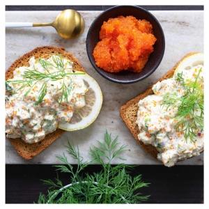 """Toast """"tofu"""" skagen on vegaaninen versio klassisesta ruotsalaisesta katkarapuleivästä. ???????????? Uskomattoman helppo ja herkullinen valmistuu puolessa tunnissa juhlapöytään tai suuremman illallisen alkupalaksi. Voit myös käyttää tät -massaa esimerkiksi voileipäkakun täytteen  Suosittelemme testaamaan???? @lovely.veggies @myberryforest @myblissktchn @teeasi @soppahanna @ruokaalkemisti @alexandertrivedi @vaimomatskuu @viimeistamuruamyoten +kaikki muut herkuttelijat ???????????????????????? ???? Ps. Jättämällä reseptistä suolan pois, voit myös käyttää maustamattoman tofun tilalla savutofua ????"""