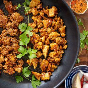Tofun valmistaminen on helppoa ja lopputuloksesta tulee aina yhtä täydellinen, kun muistat pari sääntöä:  Kuivaa pakkauksesta otettu tofu puristamalla siitä nestettä esim keittiöpyyhkeessä tai talouspaperissa. Leikkaa tai revi tofu haluamaasi muotoon (kuutio, siivu, kanasuikaleen kokoinen pala, muru). Kuumenna kuiva pannu kuumaksi, lisää tofut, pyörittele lastalla kunnes niiden pinta saa väriä. Lisää öljy, paista noin 5 minuuttia rapeaksi. Vähennä lämpöä, pirskottele päälle hieman soijakastiketta. Laske lämpöä vielä lisää ja kaada sekaan 1 dl teriyakikastiketta. Sekoita 1 min ja ota pois levyltä. Valmista! 🧑🏻 jalotofu.fi/onnistu-kasvisruoassa-rapea-teriyaki-tofu/