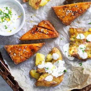 TOFUPIHVIT JA LYTTYPERUNAT 👇😋 Next-level perunat ja pikaiset herkkupihvit valmistuvat yksikseen uunissa. Simppeli jogurttikastike kruunaa ihanan kokonaisuuden