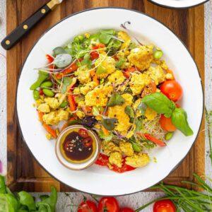 Uudet Jalotofu ovat nyt helpon kotiruoan kulmakivi. Katso  reseptivideolta 🧑, kuinka proteiinipitoinen herkkusalaatti kahdelle syntyy alle 10 minuutissa valmiiksi paahdetulla ja maustetulla uutuustuotteellamme! 🥗 Jalotofu Paahtopalat ovat juuri suuhun sopiviksi paloiksi valmiiksi revittyä ja paahdettua luomutofua, jonka visioimme oikeastaan ihan mitä ruokaa vaan täydentämään. Ja juuri sitä se on ja nyt se on kaupoissa. 🥙 Luonnollinen kasviproteiini, ilman lisäaineita, eurooppalaisista soijapavuista valmistettuna. Kokeile valmiiksi valkosipulilla ja savupaprikalla maustettuna, tai mausta itse! Tyhjennä pakkauksesta pannulle tai uunipellille ja lisää annokseen. . . . PAAHTOPALAT.fi #lisäaineeton ja . . .  @vegaanituotteet @vegaaninenhelsinki @vegaanihaaste.fi