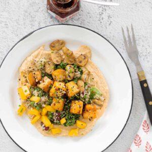 Uusi tapa tehdä salaattia on rakentaa annos hummuskerroksen päälle ja viimeistellä se ihanan rapealla tofulla. Lopputuloksena poikkeuksellisen kaunis annos raikasta ja täyteläistä herkkusaldea! 🥗🥗🥗🥗🥗 jalotofu.fi/reseptit/rapea-tofu-hummus-salaatti/ Ps. Suosittelemme myös testaamaan kuvan @baba.fi harissa mausteseosta, joka tuo kivaa potkua tofuun!🌶 Ohje salaattiin löytyy Jalotofun reseptisivuilta 🏻🧑 . . . 🥬🌶🥗