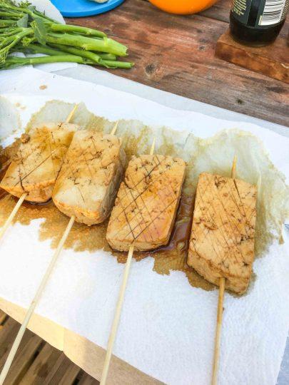 marinoidun tofun paistaminen grillissä