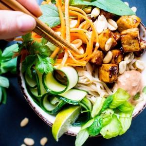 VIELÄ kerran kyselemme ajatuksianne unelmien tofuvalmisruoasta, tietysti ARVONNAN vol3 kera! 🥰 K i i t o s, kun olette avanneet ajatuksianne uudesta tofuvalmisruoasta. Thai- ja japanilainen ruoka ovat yhtä vahvoilla, joten nyt on vielä mahdollisuus heittää ilmoille toiveita näihin liittyen. 🍽🌱❤️ KERRO siis alla, maistuisiko unelmiesi vegaanisessa valmisruoassa kenties suolaisenmakea teriyaki (Japani), yakisoba-wokki (Japani), täyteläinen thai-curry, pikaruokaklassikko pad thai tai vaikkapa jonkin tietyn mausteen (esim. inkivääri, tamarindi, valkosipuli, sitruunaruoho, seesami jne…) ympärille rakennettu makumaailma? Tai jotain muuta? 😋 Arvomme vastaajien kesken 50 euron lahjakortin K-ryhmän kauppaan 22.11.2019, joten vastaathan siihen mennessä! 👩🏻🍳👨🏻🍳 JA MITÄ SITTEN? Seuraavaksi sulkeudumme keittiöön ja ryhdymme toiveidenne toteutukseen. Vaikka kaikkia toiveita emme voikaan heti toteuttaa, tavoitteenamme on lähteä liikkeelle mahdollisimman monen valmisruokaunelmiin vastaamalla ja pitää tätä linjaa yllä. Nöyrin kiitos siis palautteesta! . Voittajalle ilmoitetaan henkilökohtaisesti. Instagram ei ole osallisena arvonnassa