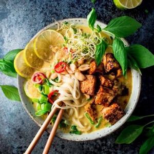 Viikkis! Perjantain ja / tai lauantain kohokohta? Kun syödään yhdessä. Tai yksin. Kunhan syödään jotain hyvän mielen ruokaa. Tällä malesialaisella LAKSA-klassikkokeitolla rastitat kaikki boksit: 🍜 ✅ täyteläinen (kookos), aasiahenkinen keittoliemi ✅ makua itseensä imenyt, rapea kasviproteiini (tofu) ✅ liukasta riisinuudelia (kuka muka ei rakastaisi?) ✅ lämmittävän ihana kokonaisfiilis (mmmmm-kommentteja näköpiiriss