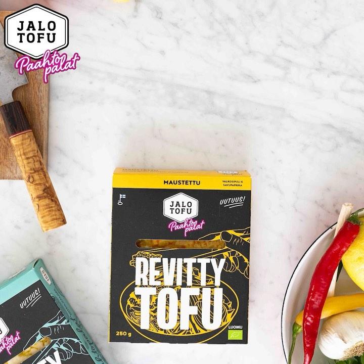 🤟 Käsi ylös, jos olet nähnyt tofun uuden muodon, #JalotofuPaahtopalat!  Kaksi kättä ylös, jos olet jo kokenut niiden käänteentekevän vaikutuksen kotikeittiössäsi (lue: nopeat annokset, joiden kruununa valmiiksi revityt, paahdetut tofupalat)!  🏻🧑 Vain valmiiksi revittyä ja paahdettua luomutofua ja niin halutessasi luomumausteita sisältävät Jalotofu Paahtopalat voi tyhjentää suoraan pakkauksesta pannulle tai uunipellille, lämmittää ja lisätä ruokaan. Luonnollinen kasviproteiini teki kasvisruoasta juuri ainakin puolet helpompaa ja nopeampaa! jalotofu.fi/reseptit . . . ja ja