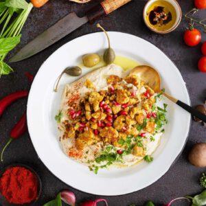♂️ Käsi ylös, jos olet nähnyt tofun uuden muodon, Jalotofu Paahtopalat!  Kaksi kättä ylös, jos olet jo kokenut niiden käänteentekevän vaikutuksen kotikeittiössäsi (lue: nopeat annokset, joiden kruununa valmiiksi revityt, paahdetut tofupalat)! Juoksujalat alle ja kauppaan, jos näkö- tai aistihavainto on vielä kokematta. 🏻🍽🧑 Vain valmiiksi revittyä ja paahdettua luomutofua ja niin halutessasi luomumausteita sisältävät voi tyhjentää suoraan pakkauksesta pannulle tai uunipellille, lämmittää ja lisätä ruokaan. Luonnollinen kasviproteiini teki kasvisruoasta juuri ainakin puolet helpompaa ja nopeampaa! Nappaa vaikka testiin tämä luvattoman helppo (5 min.) Paahtopala-hummusresepti: jalotofu.fi/reseptit/arjen-nopea-herkku-paahtopaloja-hummuspedilla/ . Suora linkki biossa. . ️Hyvin varustelluista S- ja K-ryhmän kaupoista ️ . .