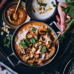️️️️️ Viimeistä murua myöten -blogin Saara kehitteli meille tämän yhteistyöreseptin vuosi sitten ja se on edelleen reseptisivustomme TOP 10 suosituimpien reseptien joukossa!  Helppo resepti, joka sopii varsinkin tällaiseen keliin ️! ︎ Kookoskerma, tomaatti, perusmausteet ja paistettu tofu muodostavat lämmittävän, mausteisen tofukorman. Ihanan helppo ja nopea intialainen kasviskorma maistuu arjessa, vaikka pari päivää putkeen. 🏻 https://jalotofu.fi/reseptit/hittiresepti-kookos-tofukorma/ . . .