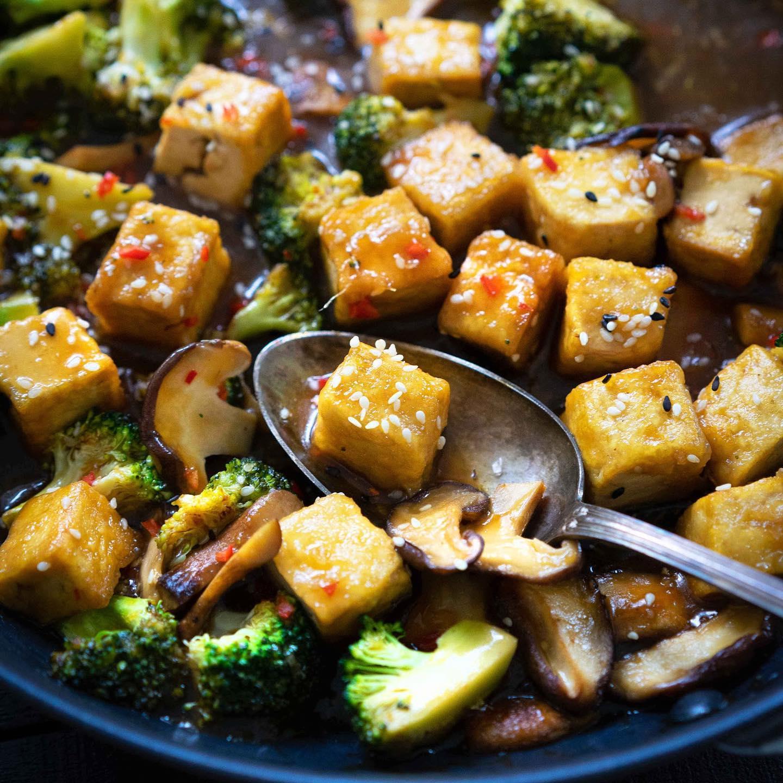Yksinkertainen, mutta MAUKAS kiinalaistyylinen kastike tofulle syntyy appelsiinimehusta, soijakastikkeesta, raastetusta inkivääristä ja valkosipulista. 🥘 ︎ Tofupalat leivitetään ja paistetaan rapeaksi ennen kastikkeeseen lisäämistä. Nauti tämä umaminen tofukastike riisin tai kvinoan kera.  ❣️ jalotofu.fi/reseptit/maukas-appelsiinitofu-kastike/ . . .